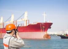De arbeider die van het havendok op radio spreken Stock Afbeelding
