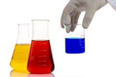 De arbeider die van het laboratorium chemische producten analyseert Stock Fotografie