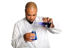De Arbeider die van het laboratorium Chemische producten mengt Royalty-vrije Stock Afbeelding