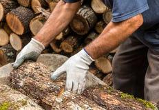 De arbeider en cutted hout stock afbeelding