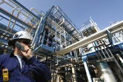 De arbeider en de industrie van de olie stock afbeelding