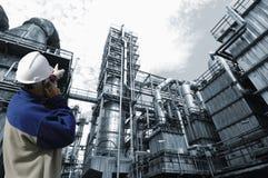 De arbeider en de industrieinstallatie van de olie Stock Foto's