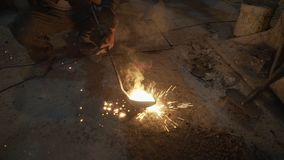 De arbeider giet Heet metaal uit stock video