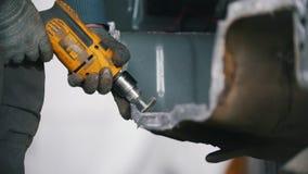 De arbeider in glazen maalt de besnoeiing op de rug van de auto De dienst van de autoreparatie stock videobeelden