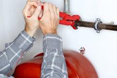De arbeider herstelt het verwarmen stock afbeelding