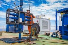 De arbeider inspecteren en de vestigings hoogste zijhulpmiddelen eerst voor veiligheid aan van het perforatieolie en gas producti royalty-vrije stock foto