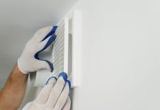 De arbeider installeert ventilatietraliewerk Royalty-vrije Stock Fotografie