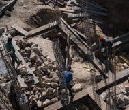 De arbeider maakt basis van de bouw royalty-vrije stock foto's
