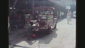 De arbeider maakt Jeepney schoon stock videobeelden