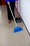 De arbeider maakt schoonmakende bureaus Royalty-vrije Stock Foto