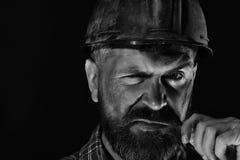 De arbeider met brutaal beeld draagt vuil helm en plaidoverhemd stock fotografie