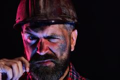 De arbeider met brutaal beeld draagt vuil helm en plaidoverhemd royalty-vrije stock foto