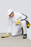 De arbeider met staalborstel maakt het cementsubstraat schoon Royalty-vrije Stock Afbeeldingen