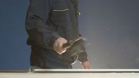 De arbeider na al Werk verwijdert zijn Werkplaats met Borstel Langzame Motie stock videobeelden