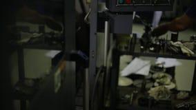De arbeider nam gebeëindigd die metaaldeel, op een malenmachine machinaal wordt bewerkt met CNC stock video