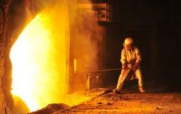 De arbeider neemt een steekproef bij staalbedrijf royalty-vrije stock afbeelding