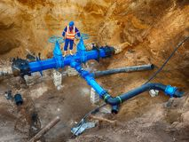 De arbeider ondergronds bij poortklep op drinkt watersysteem, waga multi gezamenlijke leden royalty-vrije stock foto's