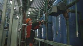 De arbeider opent de Gegevens van Gevalcontroles over Gasreservoirs stock footage