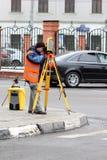 De arbeider is operationg een theodoliet Royalty-vrije Stock Foto's