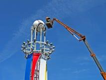 De arbeider past de grote bal van 2012 van de EURO op pilone aan, Stock Foto