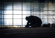 De arbeider poetst een deel van staalbouw in op scheepswerf Royalty-vrije Stock Afbeelding