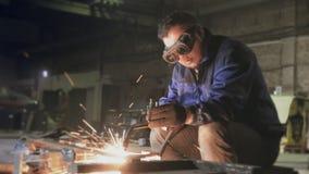 De arbeider snijdt metaal met gas stock videobeelden