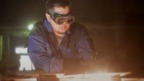 De arbeider snijdt metaal met gas stock footage