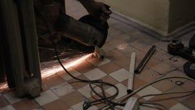 De arbeider snijdt metaalpijp gebruikend gasmateriaal bij fabriek stock videobeelden