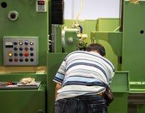 De arbeider stelt CNC machine in werking stock foto's