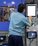 De arbeider stelt injectie het vormen persmachine in werking royalty-vrije stock afbeelding