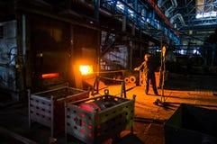 De arbeider trekt het werkstuk van de oven Royalty-vrije Stock Fotografie