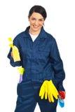 De arbeider trof voor het schoonmaken van huizen voorbereidingen Stock Foto