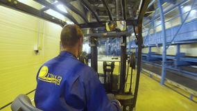 De Arbeider van de achtereindmening op Vorkheftruck neemt Kubus en Transporten stock video