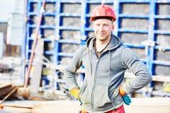 De arbeider van de bouwer bij bouwwerf Stock Foto's