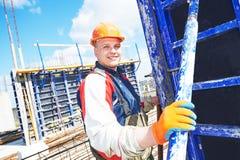 De arbeider van de bouwer bij bouwwerf Royalty-vrije Stock Afbeelding