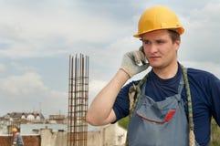De arbeider van de bouwer met mobiele telefoon Royalty-vrije Stock Foto