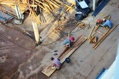 De arbeider van de de mensenbouwer van Laos bouwt lokale lao geen stijl heeft in veiligheid stock foto's