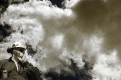 De arbeider van de industrie en giftige wolken Stock Fotografie
