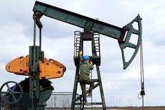 De arbeider van de olie beklimt Stock Afbeelding