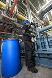 De Arbeider van de olie binnen raffinaderij Stock Foto