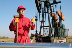 De Arbeider van de olieindustrie met Voorhamer Royalty-vrije Stock Foto's