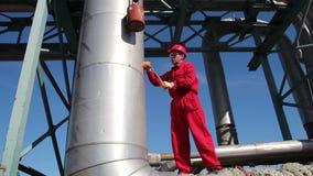 De Arbeider van de olieraffinaderij op het Werk stock videobeelden
