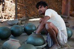 De arbeider van de pottenfabriek Stock Foto