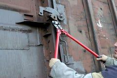 De arbeider van de spoorweg bijt dikke draad Stock Afbeeldingen