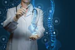 De arbeider van geneeskunde behandelt de menselijke stekel stock foto