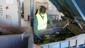 De arbeider van het glasafval in het recycling van faciliteit stock footage