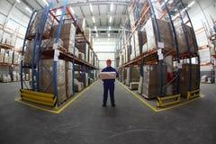 De arbeider van het pakhuis met doos stock fotografie