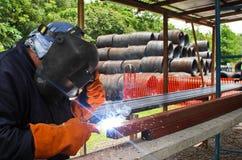 De arbeider van het staal met het lassen van het veiligheidstoestel Stock Foto's