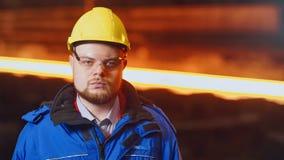 De arbeider van de metaalproductie op zijn werkplaats stock videobeelden