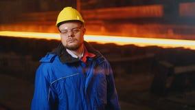 De arbeider van de metaalproductie op zijn werkplaats stock video